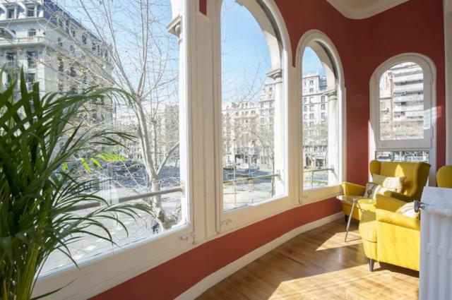 Spacious city centre apartment with indoor garden in the Eixample area – B369